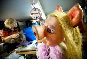 Mycket att göra. Anette Saverman har bråda dagar på Sagoslottet. Hos henne kan man se och hyra mycket. Miss Piggy kollar vad som händer.