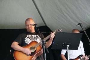 Micke Ivarsson, från Edsbyn, var trea upp på scen. Han är även aktuell med skivsläpp.