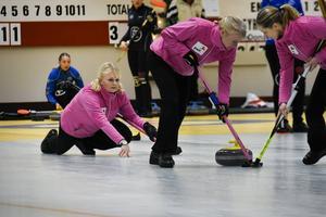 Anette Norberg håller i gång med sitt lag Team PwC och bjöd Team Sigfridsson på tufft motstånd.