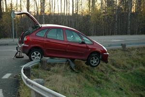 fastnade. Vid olyckan i Ockelbo fastnade en av de båda bilarna på vägräcket.Foto: Josefin Nygren