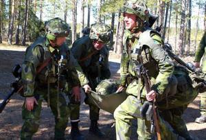 Hemvärnssoldaterna får bland annat träna på hur man ska behandla sår och bära en skadad.