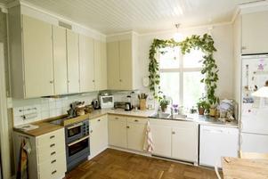 bevarat stilen. På nedervåningen har man försökt bevara stilen från mitten av 1900-talet. Rummet som nu har gjorts om till kök användes tidigare för pianolektioner.