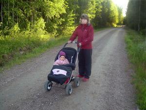 Här på en väg i Älvkarhed krockade Susanne Larsson och hennes lilla dotter Anna med en björnunge som var ivrig att ta sig över vägen.
