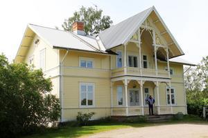 Jonas Frost visar runt i den gamla komministergården i Ovanåkers kyrkby på Höjen som nu är till salu.