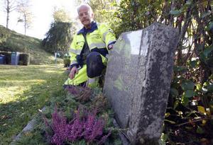 De gravar som folk själva sköter får de smycka med granris (här enris) även i fortsättningen, visar kyrkogårdsvaktmästare Lars-Erik Permark.