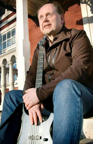 Tonsäker. Vad vore livet utan musik? För Staffan Myhrman är svaret enkelt. Han kan inte leva utan att få sjunga, spela och njuta av ljudet från olika toner.