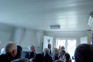 Sakristian blev proppfull när komminister Markus Frank där berättade om bland annat oblatjärnet som här hålls upp för att alla ska få se det.