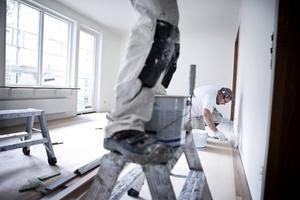 Förslitningsskador, dålig arbetsmiljö och en hård jargong gynnar inte oss i byggbranschen och vi ser det som vår uppgift att vara en blåslampa, skriver debattörerna.