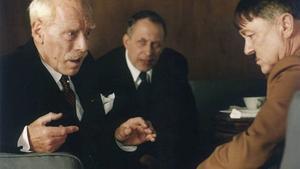 Max von Sydow i rollen som Knut Hamsun i  den svensk-norsk-dansk-tysk biografisk dramafilm från 1996 i regi av Jan Troell. Ernst Jacobi spelade Adolf Hitler.
