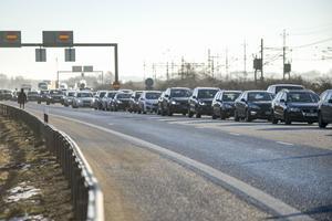 På grund av de långa köerna mot bron stoppades också trafiken på yttre ringvägen vid trafikplats Petersborg i Malmö.