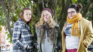 """""""UMR"""" – Ungdom mot rasism.Ni har precis startat i Gävle. Berätta om er och vad ni sysslar med!– Ungdom mot rasism är Sveriges största antirasistiska ungdomsförbund. Vi är en partipolitiskt och religiöst obunden organisation uppbyggd av lokalgrupper. Vi har utbildningar, kampanjer och värvar medlemmar. Vårt budskap är att vi vill ha mångfald och att alla är lika mycket värda, berättar Agnes Hedberg.Varför tycker ni att det här är viktiga frågor?– De är aktuella just nu eftersom Sverigedemokraterna kom in i riksdagen och eftersom rasismen och främlingsfientligheten ökar i samhället, säger  Agnes. De har nyligen haft sitt första möte. Det gick bra tycker de. –Vi peppade alla att sätta igång.Hur kommer det sig att ni började engagera er politiskt? – Mest eftersom jag är uppvuxen i en liten by, där människor hade konstiga uppfattningar om folk från andra länder, säger Agnes.Sofia Eriksson och Amanda Kujansuu började sin politiska bana tillsammans. – Vi ville förändra saker till det bättre. Det första vi gjorde var att vi gick och kollade in olika ungdomsförbund.  Hur blir man aktiv hos er?– Man kan titta förbi den 26 oktober. Då har vi en aktivitetsverksdag. Plats är inte bestämd  än, men det meddelar vi genom facebook, avslutar Amanda.På bilden: Agnes Hedberg, Amanda Kujansuu och Sofia Eriksson.Foto: Johan Björklund"""
