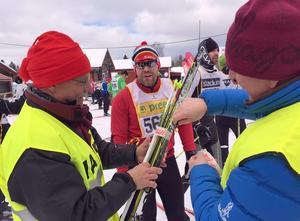 Lars-Olov Persson och Bo Persson hjälpte trötta åkare att tejpa ihop skidorna. Många hade förkylningar i kroppen, och en annan hade skadat vaden.