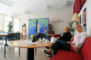 Anna-Lisa och Maria Magnusson i Pilgrimstad tycker att det är kul att det händer något utöver valet. Som att Kiki Korths-Aspegren och Markus Ernehed spelar i bakgrunden.