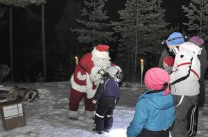 Tomten stod redo att önska alla barn God jul och ta emot deras önskelistor. Han delade också ut en medalj till alla barn som gått vandringen.