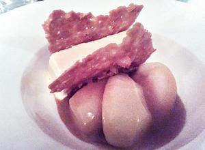 Len och fin parfait till perfekt kokta päron avrundar måltiden.