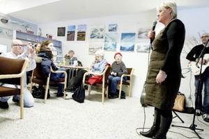 Landshövding Britt Bohlin invigningspratar vid öppnandet av en mötesplats/café i torvalla centrum