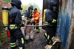 Kroppen kunde lokaliseras i den brinnande containern och föras ut till säkerheten. Foto: Håkan Degselius