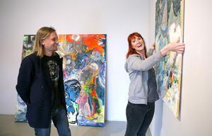 Konstnärerna Nichlas Winmalm och Sofie Arfwidson tror på konstens kraft. De båda ingår i konstnärskollektivet bakom utställningen Uppror och oro på Norrtälje konsthall.