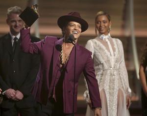 Beyoncé delade ut priset för årets skiva till Bruno Mars.