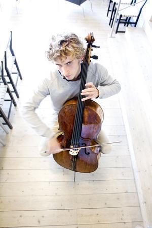 För första gången spelar Andreas Brantelid som redan räknas till världens främsta cellister med Gävle symfoniorkester. Han spelar två konserter, Tjajkovskijs Rokokovariationer och Korngolds cellokonsert, som är från början filmmusik.