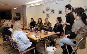 Tio kvinnor deltog i onsdagens sminkkurs som Mockfjärds intresseförening arrangerar i samarbete med Make up store. FOTO: ANGELICA LINDVALL