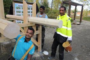Bygger utegym vid Hoberget gör arbetsledaren Aschalew Mekuria, Rezene Abraha i gul jacka och Abdi Ahmed i mössa.