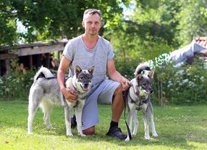 Peter Törnberg med hundarna Svea och Millan.