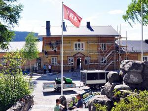 Med direktiv och godkännande från Länsstyrelsen restaureras nu fasaderna på gamla Åre station. Byggnaden ska få ett mer ursprungligt utseende.