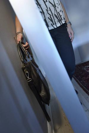 Bakom spegeln är ett bra ställe för handväskan, datorn eller plattången.    Foto: Janerik Henriksson/TT
