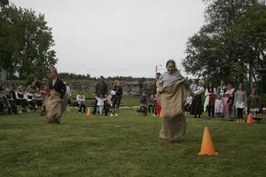 Efter dansen blev det midsommarstafett i Hassela. Deltagarna fick hoppa säck, springa med ägg i skeden och klara en hinderbana med skottkärra.