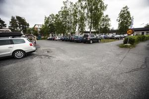 På parkeringsplatsen i centrala Krokom mitt emot Fristilen ska det byggas lägenheter.