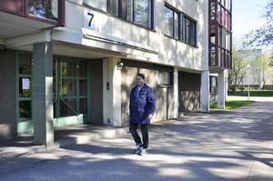 Här på Glimmervägen i Sätra har Christian Johansson bott i 15 år. Det tänker han fortsätta med trots mycket brottslighet i området.
