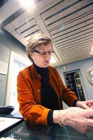 Kerstin Öhlin Lejonklou i den kombinerade verkstaden och butiken.