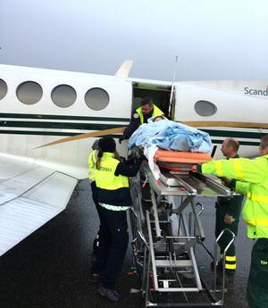Emilie lastas ombord på ambulansflyget som ska ta henne till Sahlgrenska sjukhuset i Göteborg.