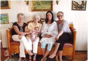 LÅNG RAD MÖDRAR. Fem generationer är i livet samtidigt. Från vänster: Sonja Lundh, 64 år, Karin Sjöberg, 92 år, Dias Sjöberg, nyfödd, Sandra Sjöberg, 23 år och Ingela Niemeijer, 46 år.