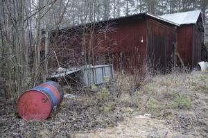 Även vid ett uthus intill dalstationen finns det skräp av olika slag.