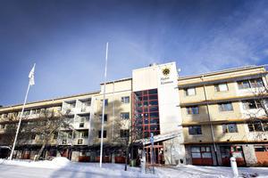 Hoforsborna vill att kommunen hellre prioriterar äldreomsorgen än stödet till utsatta personer, enligt en undersökning från SCB.