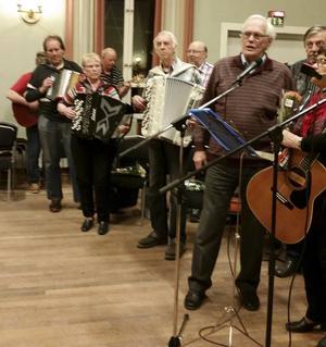 Ordförande Kjell Andersson sjöng avslutningslåten tillsammans med musikanter och publik. Foto: Leena Persson.