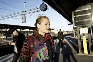 """Drabbad. Vivi Båvner bor i Skinnskatteberg och arbetar vissa dagar i Örebro. """" I dag (måndag) blev jag lite försenad. Om det fortsätter kanske jag kommer få mindre inkomst eftersom jag får betalt per timme"""", säger hon. Foto: Sofie Isaksson/NA"""
