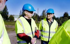 Lennart Fredriksson, ordförande i Södra Skeppsvarvets båtklubb och Håkan Höglund, vaktchef, är glada att saneringen av Stenborgskanalen blir av men kräver att få skriva ett nytt arrendeavtal med kommunen när arbetet är klart.