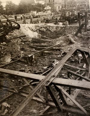 Den största kratern. Den var 10 meter i diameter och 2,35 m djup. Den uppstod under den vagn som först sprang i luften klockan 05.05 den 19 juli 1941. Tåget hade kommit in klockan 04.58 på Krylbo bangård på väg mot Torneå och Finland. Bilden är fotograferad ur Säpos arkiv.