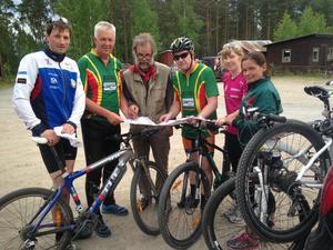Här är några av deltagarna i Montainbikeorienteringen i Ljusdal i veckan. Från vänster: Anders Trolin, Forsa, Jan-Erik Skyttner Ljusdal, banläggaren Bengt Agner, Calle Furuström, Ljusdal, Amy Ranka Hudiksvall samt Anna Lena Furuström, Ljusdal.