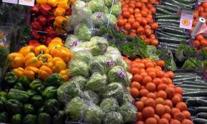 Gunnar Olofsson uppmanar oss att hålla koll så att det inte slinker ner någon frukt eller grönsak odlad i Israel.