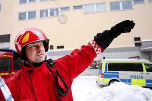 """""""Vi lyckades förhindra spridning av elden nedåt i huset genom att kyla med vatten. Hade vi inte gjort det hade det sett mycket värre ut här just nu"""", säger Jörgen Eriksson, räddningsledare."""