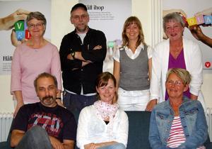 Vänsterns förstanamn Christin Löfstrand (sittande) omgiven av sex partikamrater på kommunlistans topp. Från vänster Karin Ek-Lissbol, Vala Vazirdaftari (sittande), Sune Haltorp, Bente Danielsson, Maritha Eriksson (sittande) och Britt-Marie Strömbäck. Foto:Anders Mojanis