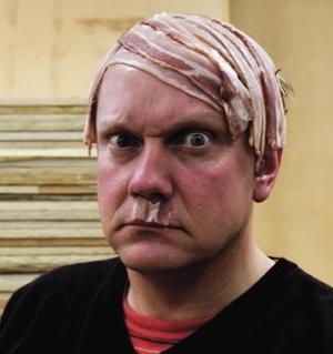 Hoppas på skratt. Sälenfödda konstnären Peter Johansson ställer ut en Hitlerhjälm i bacon på galleri Larm i Köpenhamn.