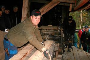Invigning av gamla sågen i Mullhyttan. Dennis och Holger Örtenmalm kantsågar en bräda.
