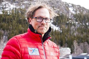 Bengt Hjort fixar glid och fäste åt det brittiska längdskidlandslaget. Vallateamet består av tre personer. Norge har tolv i sitt vallateam.