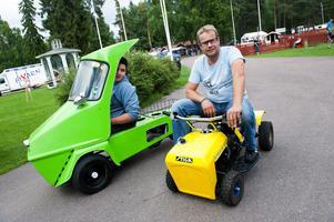 Under moppeträffen i Mellstaparken kan man konstatera att en moped kan se ut på många olika sätt. Walter Hjort från Hedemora åkte en Norsjö chopper och Fredrik Roth från Ängelholm hade satt in en mopedmotor i sonens trädgårdstraktor.