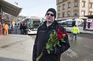 Anders Östlund var en av de som delade ut rosor på navet.